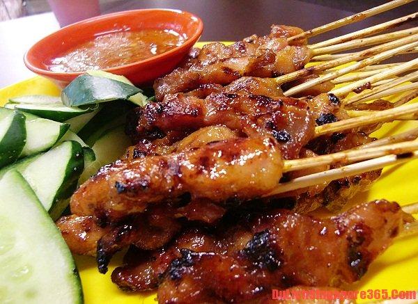 Thịt xiên nướng là món ngon đường phố không thể bỏ qua tại Singapore