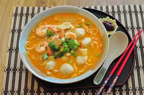 Món mì Laska đặc trưng của Singapore