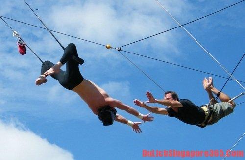 Flying Trapeze một trong những trò chơi mạo hiểm cảm giác mạnh tại singapore bạn nên thử